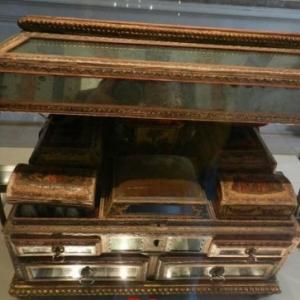 Coffret de toilette en carton, bois, bergamote et verre du XVIIIe siecle, Venise. Musee de la Parfumerie de Grasse.