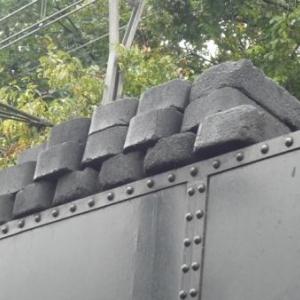 Les blocs de charbon attendent leur entree en chaudiere