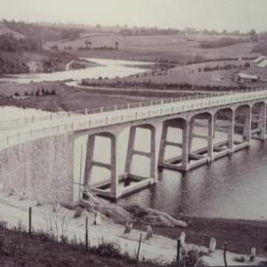 D' une belle elegance, le pont de Haelen est terminee. Seule petite critique : «  la faiblesse de son parapet a claire – voie ne semble pas devoir fournir assez de resistance, si quelque attelage emballe venait a le heurter »
