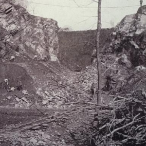 Des le detournement des eaux, les travaux de nettoyage des roches pouvaient commencer.