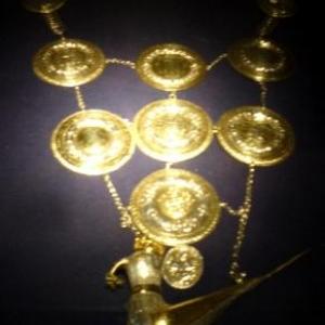 """Le cordon de la Compagnie des Arbaletriers de Vise ( L'oiseau ou papegaye porte l'inscription """" Van Weset Bin """" = je suis de Vise )"""