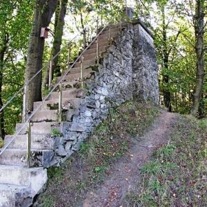L' observatoire construit en moellons, entouré d'un tertre d'environ 6 mètres de haut
