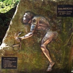La stele d' Eddy Merckx elevee a son sommet