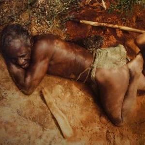 Tribu des Mikeas : le chef fouille la terre pour deraciner les babous dont les tubercules juteuses remplacent l'eau