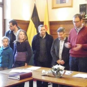 A gauche, deux representantes de l'ecole de Burnenville, membres du Conseil communal des Enfants
