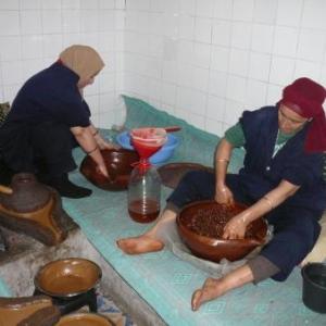 Pressage manuel de graines d'arganier ( Taroudan )