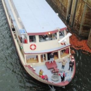 17.52 h  Passage du bateau du niveau superieur