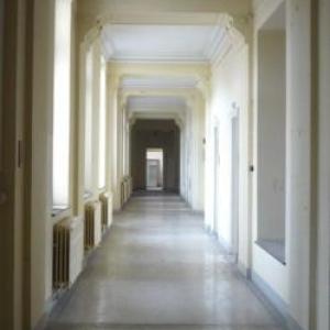 Un couloir conduisant aux cabinets de soins