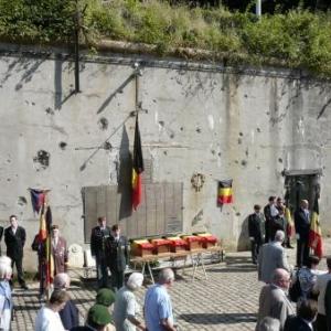 Les 5 petits cercueils devant la plaque commemorative du fort