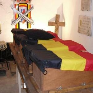 Les 5 cercueils exposes avant d etre places dans les niches murales