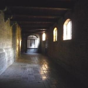 Dans le cloitre de l' eglise St Barthelemy