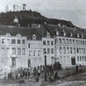 Place Albert 1er : dallage de pierres inegales, les hotels prennent place, ...