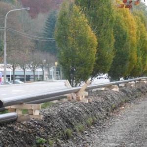 Les tuyaux en attente le long de l'ancienne voie ferree