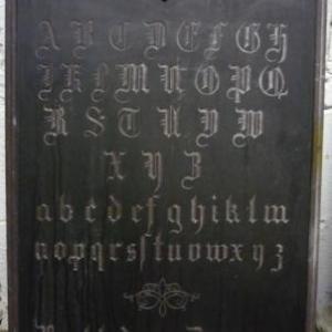 Exercices de taille dans la pierre : l' alphabet