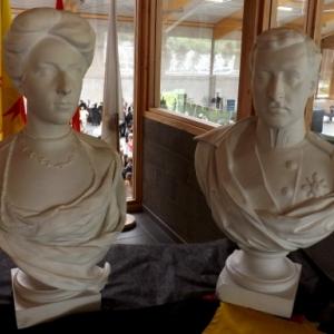 Le Roi Albert et la Reine Elisabeth dans le hall du centre sportif
