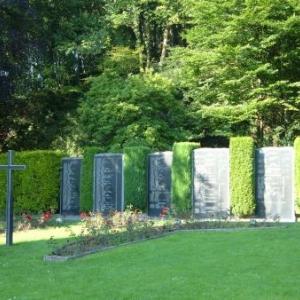 Les plaques commemoratives reprenant les noms des 202 victiimes des bombardements