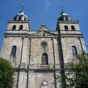Les tours de la Cathedrale : celle de gauche abrite le carrillon - celle droite accueille les 4 bourdons