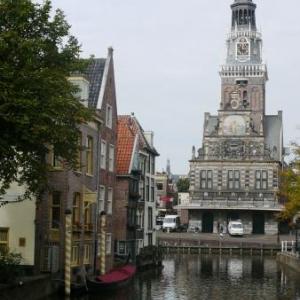"""Alkmaar: le Marche aux fromages ( """" le Poids public """" )et l' Hotel de ville"""