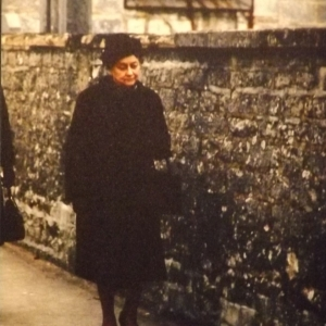 Mme de Gaulle se rendant à la messe