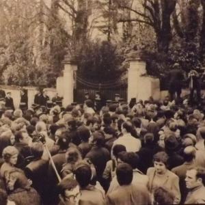 """La foule devant """"la Boisserie"""" le jour des funérailles du Général"""