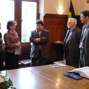 Remise du cadeau de l'ecole de Kustendil par sa Directrice, Mme Anguelova