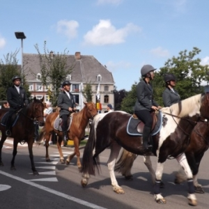 Le cortege arrive au centre du village
