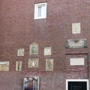 Amsterdam : un musee exterieur fait d' enseignes professionnelles