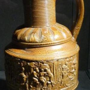 """Cruche precieuse avec frise de panse relatant l'histoire de la """" Chaste Suzanne """" ( 1584 / céramique en gres de Raeren )"""