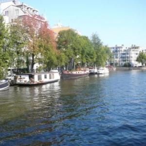 Amsterdam : au fil de l' eau, au gre des canaux ...