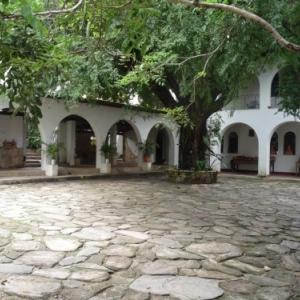 Goias : Patio de l' eglise du Rosaire ou officie Mgr Rixen