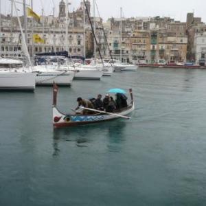 Traversee en barque entre les cites