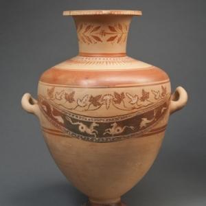 Hydrie produite en Crete, portant un graffito en syllabique chypriote. Retrouvée à Arsinoé de Chypre. Époque hellénistique, ca. 250 220 av. n. ere