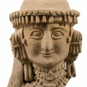 Tete feminine. Kyra Agios Georgios Rigatos. Vers 625 600 av. J.C. Terre cuite.