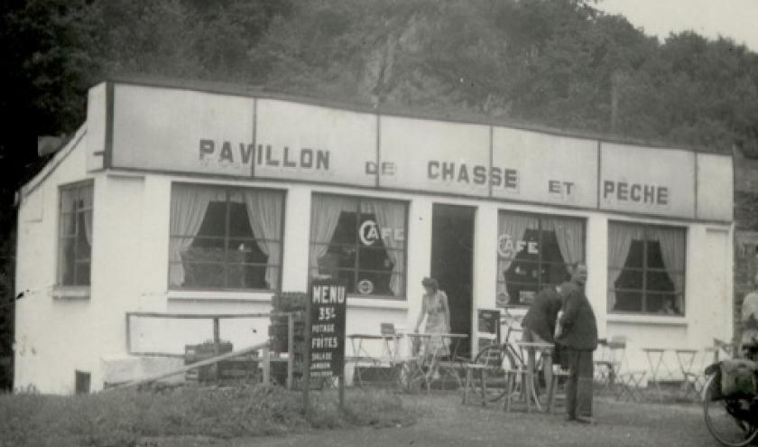 Le Pavillon Chasse et Peche. Une des plus anciennes enseignes de Houffalize. Le garde-boue arriere du velo peint en blanc, typique des Hollandais dans les annees 50. Famille Louis Fertons.