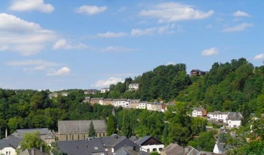 Bois des moines. Une ligne de maisonnettes bien ardennaises marque la vieille route de Liège escaladant rapidement la côte.