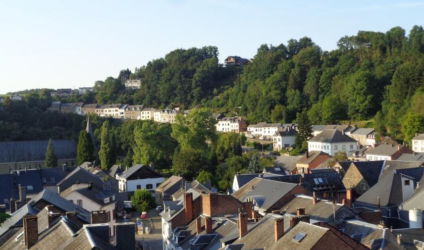 Le Thier des Cochons, au-delà de la crête de feuillus dominant la rue escarpée du Bois des Moines, ancienne route de Liège.