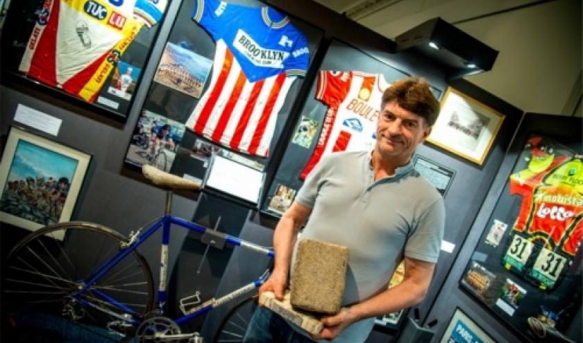 """Emmanuel Dehan, pave-trophee de Paris-Roubaix, velo et maillot de Roger De Vlaeminck (c) """"L Avenir"""""""