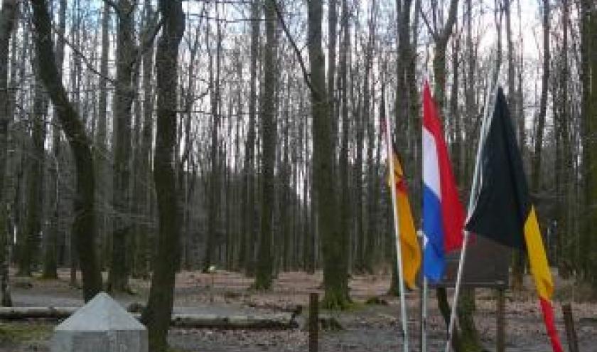 La borne 193  marquee des trois lettres B (Belgique) D (Allemagne) Nl  (Pays Bas) et completee par trois drapeaux