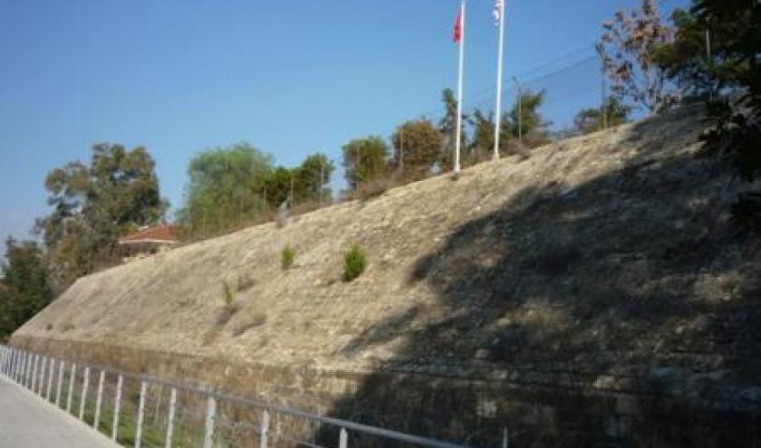 Remparts construits par les Venitiens au 15eme siecle entourant la vieille ville .