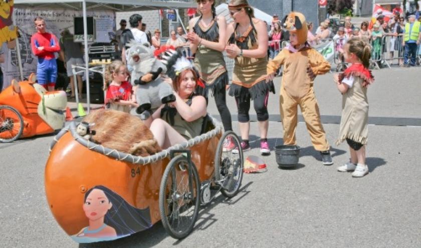 Fete des genets a Gedinne : course de voitures a pedales