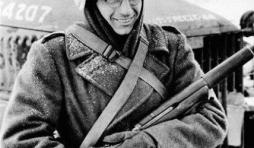 GI William Furia, casque camouflage en dentelle.
