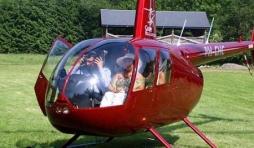 Lucie Daco arrivant a La Roche en Helicoptere avec  M. Clement