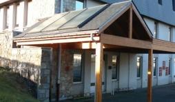 Le car-port, garage pour velos et equipe de panneaux solaires