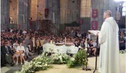 Lors des funérailles de Julie et Mélissa