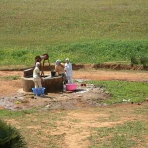Le puits de quartier : travail et ... causettes