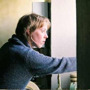 Dans Dormir au chaud, Christelle Cornil est Sandrine, une jeune SDF