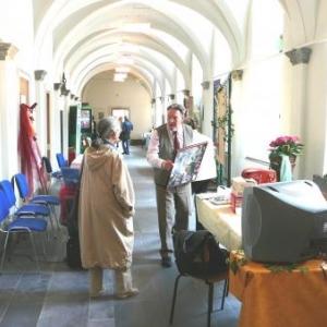 Les différents stands d'information dans le cloitre du monastere
