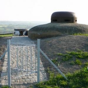 La table a proximite de l'abri militaire MN 18