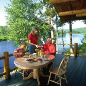 Diner sur la rivière (c) New Brunswick Tourism and Parks