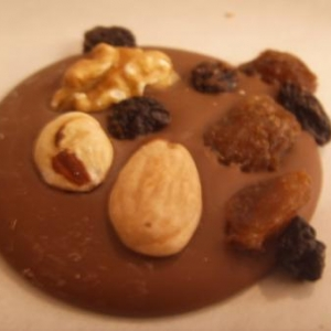 Mendiants Chocolat lait avec noisettes raisins fruits confits